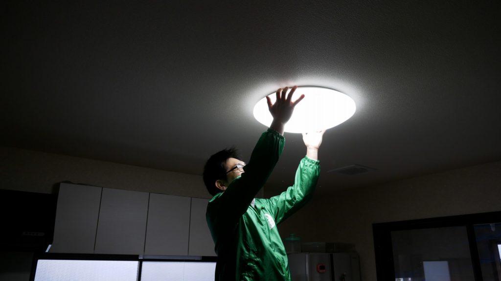 電球を取り換える作業